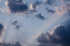 Le soleil étonnant rayonne la pénétration par de beaux nuages sur le ciel bleu dans un jour ensoleillé beau cloudscape de fond Image stock