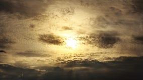 Le soleil étrange au delà des nuages Photographie stock libre de droits
