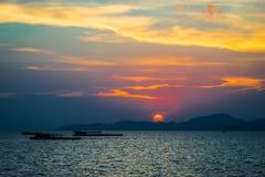 Le soleil avant vue de coucher du soleil de la mer Image libre de droits