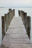le soleil bleu de mer de jetée en bois Images stock