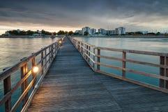 le soleil bleu de mer de jetée en bois Photo stock