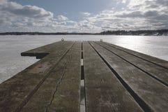 le soleil bleu de mer de jetée en bois Images libres de droits