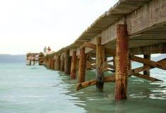 le soleil bleu de mer de jetée en bois Image libre de droits