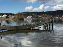 le soleil bleu de mer de jetée en bois photographie stock libre de droits