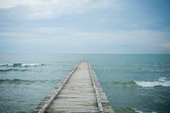 le soleil bleu de mer de jetée en bois Photo libre de droits