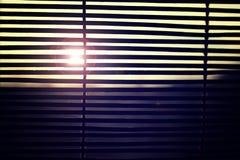 Le soleil brillant par les abat-jour Images stock