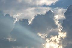 Le soleil brille après les nuages le soir Photo libre de droits