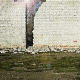 Le soleil brille derrière un mur de briques Image libre de droits