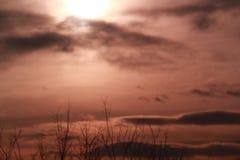 Le soleil caché par nuages Photographie stock libre de droits