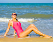 le soleil chaud d'été de bonheur de plage dessous Images stock