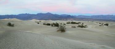 Le soleil chaud se lève sur les dunes de sable, Death Valley photo libre de droits
