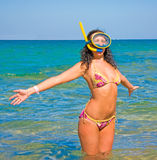 le soleil d'été accueillant la femme Photographie stock libre de droits