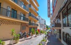 Le soleil d'après-midi dans des rues de St Antoni de Portmany, Ibiza, Îles Baléares, Espagne Photographie stock libre de droits