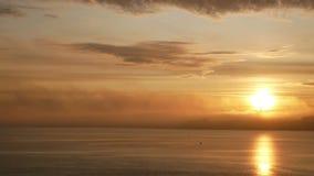 Le soleil d'aube de l'eau d'océan banque de vidéos