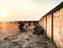 Le soleil d'or de lumière du soleil de mur de désert photographie stock