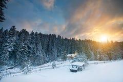 Le soleil d'hiver de neige de ciel de montagne Photos libres de droits