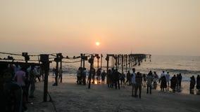 Le soleil d'orange de coucher du soleil d'allepey de soirée de plage de mer Images stock