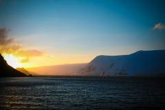 Le soleil d'or se levant au-dessus des montagnes en Antarctique images libres de droits