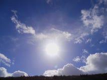 Le soleil dans le ciel - représentation d'une aura photo stock