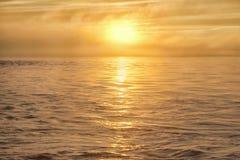 Le soleil dans le brouillard au-dessus de la mer Image stock