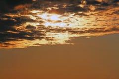 Le soleil dans les nuages images libres de droits