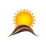 le soleil de couleur avec l'icône brune de montagne Image stock