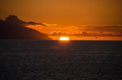 Le soleil de disparition derrière l'horizon photos stock