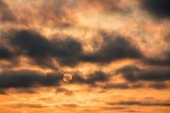 Le soleil de dissimulation de coucher du soleil de halte Images stock