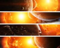 Le soleil de explosion dans l'espace près de la planète Photographie stock libre de droits