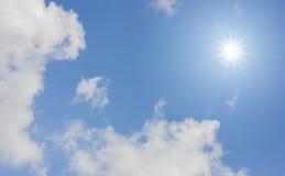 Le soleil de fond et ciel bleu Photo libre de droits