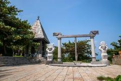 Le soleil de Hai Ting Tong de vue de Lingshui d'île de frontière et la sculpture en lune et d'or en trique Images libres de droits