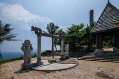 Le soleil de Hai Ting Tong de vue de Lingshui d'île de frontière et la sculpture en lune et d'or en trique Photographie stock