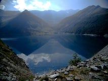 Le soleil de matin à un lac dans les Alpes français Photo stock