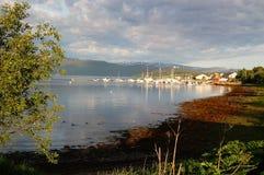 Le soleil de matin au-dessus du village de pêche Photo stock