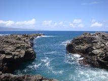 Le soleil de Maui et rivage rocheux Photos stock
