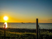 Le soleil de minuit étonnant en Norvège photo libre de droits