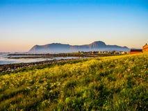 Le soleil de minuit étonnant en Norvège photographie stock libre de droits