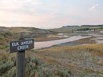 Le soleil de nuage de coucher du soleil rayonne à la crique d'Anter d'élans dans Hayden Valley en parc national de Yellowstone au Photo libre de droits