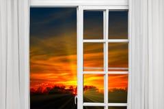 Le soleil de nuage de fenêtre ouverte images libres de droits