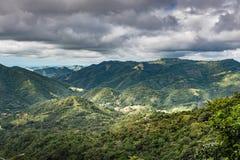 Le soleil de percée sur la vallée entre les montagnes tropicales Image stock