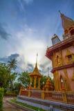 le soleil de phénomène naturel balance en cercle au-dessus de temple de Chalong image libre de droits