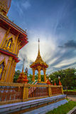 le soleil de phénomène naturel balance en cercle au-dessus de temple de Chalong photographie stock