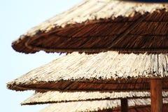 Le soleil de plage ombrage le parapluie Photos libres de droits