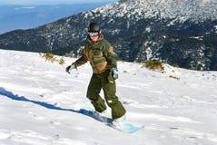 le soleil de snowboarder sous le femme Photographie stock libre de droits
