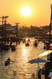 Le soleil de soirée au marché de flottement d'Amphawa, secteur d'Amphawa, province de Samut Songkhram, Thaïlande Photo libre de droits