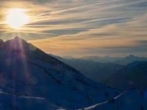 Le soleil de soirée dans les Alpes français Photographie stock libre de droits