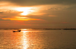 Le soleil de soirée de mer au coucher du soleil photographie stock libre de droits