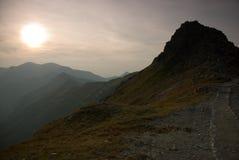 Le soleil de soirée descend dans les montagnes de Tatra Image stock