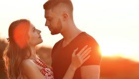 Le soleil de soirée illumine de jeunes couples Image libre de droits