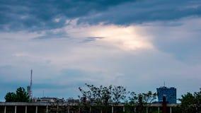 Le soleil de Timelapse établissant au-dessus des bâtiments clips vidéos